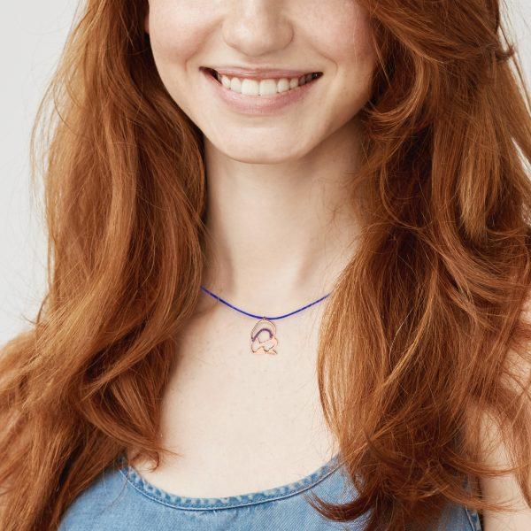modelo con medalla virgen neocatecumenal plata rosa circonita azul el kerigma cordón azul